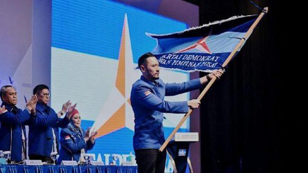 AHY Mengibarkan Panji Partai Demokrat. (Foto: DPP Partai Demokrat)